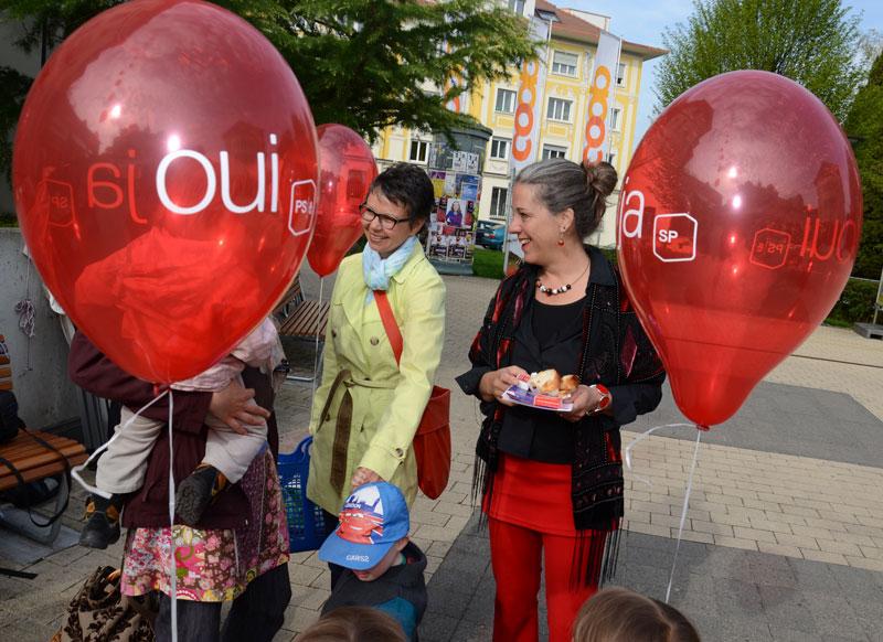 Offen, interessiert, sympathisch: Gemeinderatskandidatin Patricia Baumgartner Zürcher im Gespräch mit Passantinnen an ihrer Standaktion vom 12. April auf dem Bellevue-Platz.