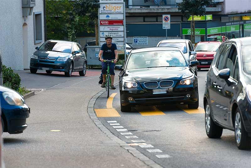 Alltag im Dorfzentrum Hochdorf zu den Stosszeiten: dichter Verkehr und kaum Platz für den Langsamverkehr. (Bild: VAH)
